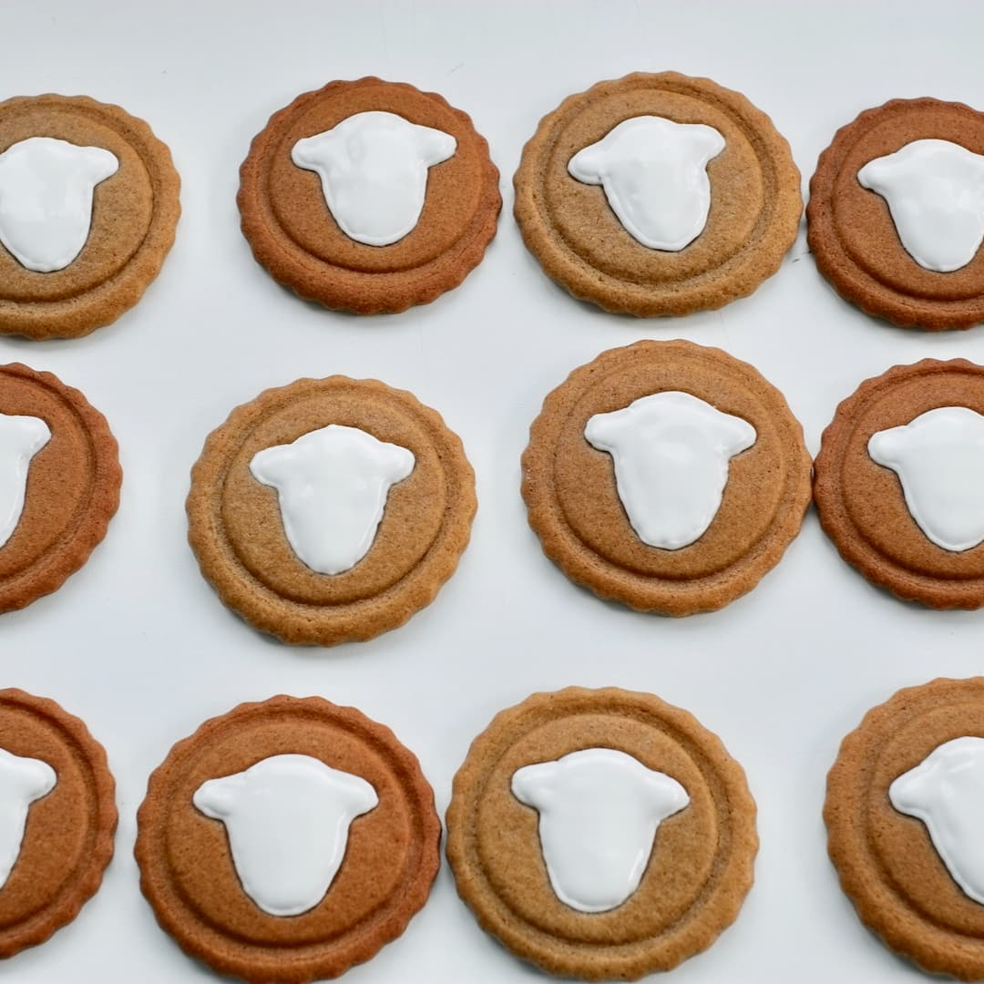 Flood in the face shape on the gingerbread cookie
