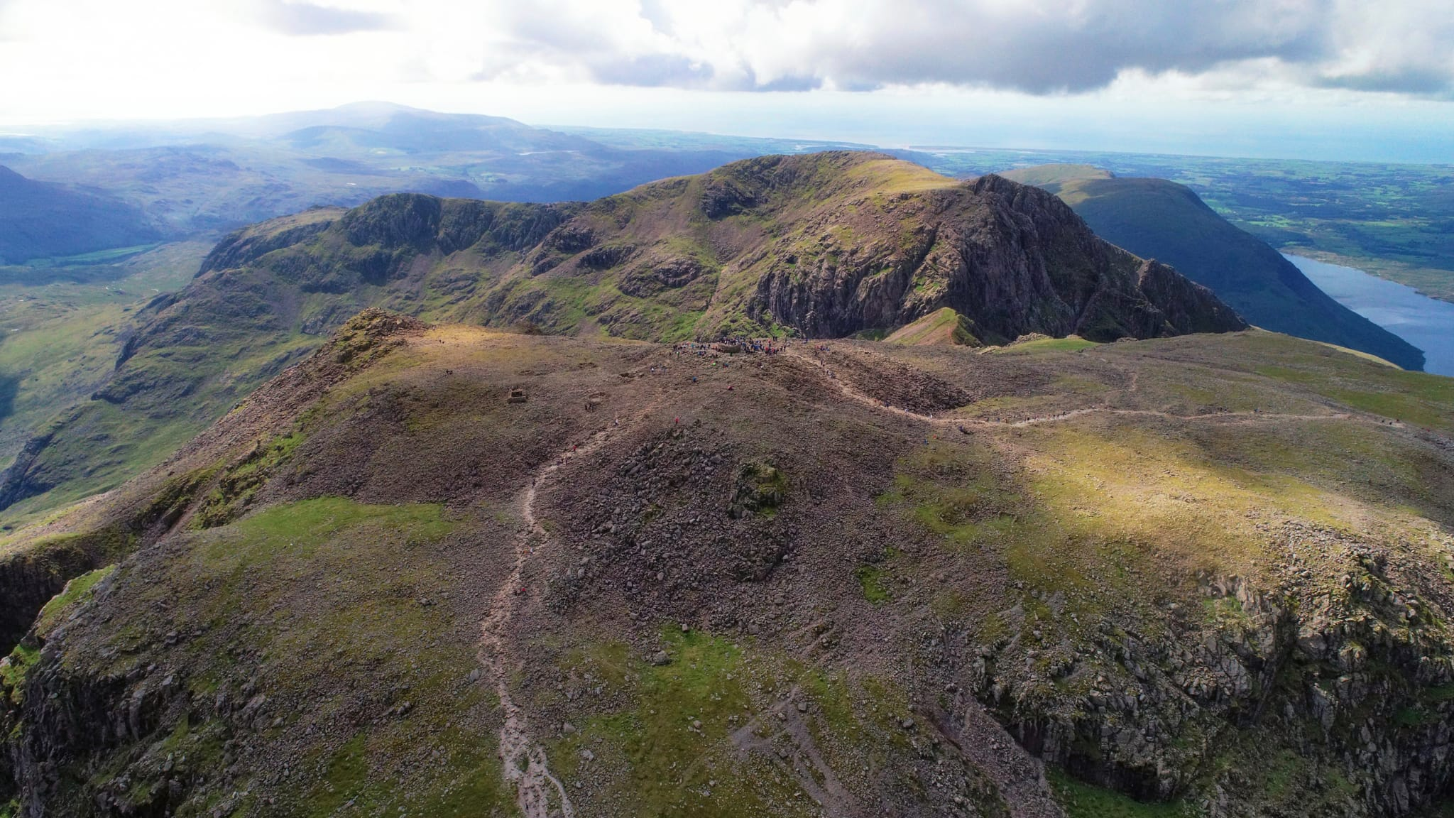 An expansive view of the Scafell Pike summit and beyond. Photo by Mocsar Balazs, licensed CC-by-SA-4.0